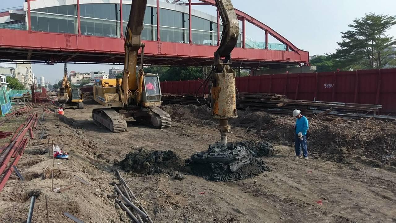 高市議會今決議通過明年度高雄輕軌第二階段工程費19億7千多萬元。圖/高市捷運局提...