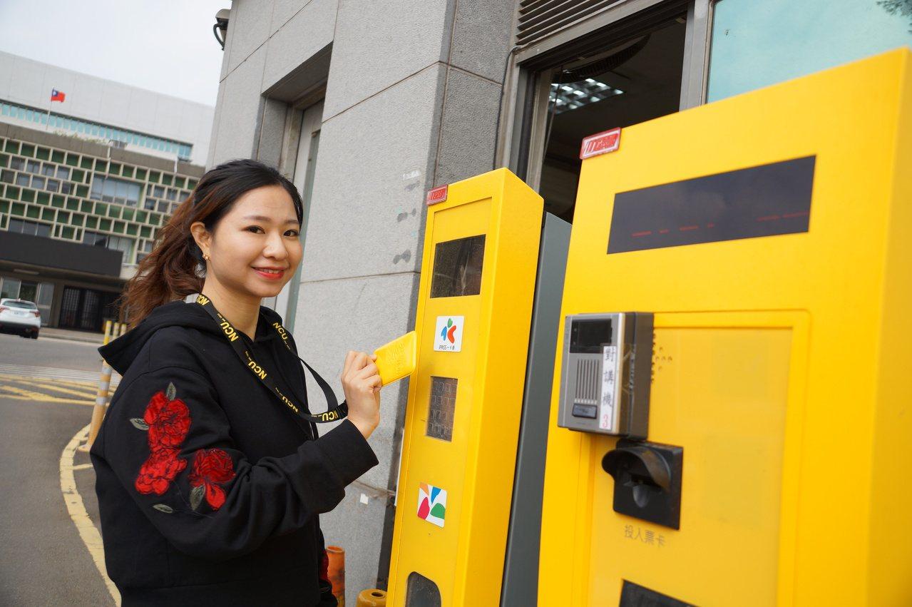 駕駛人離開中大直接在出口刷悠遊卡或一卡通、IC晶片卡。圖/中央大學提供