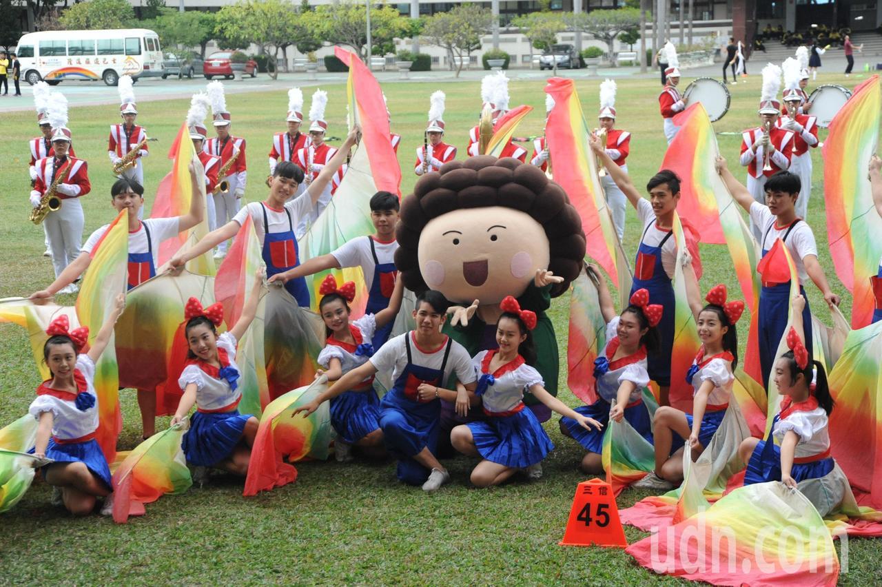 「OPEN!大氣球遊行」將於周六在時代大道登場,今市府新聞局偕同花媽人偶,到表演...
