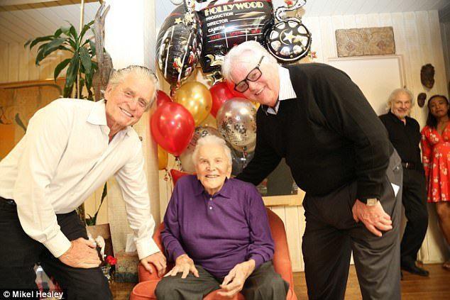 寇克道格拉斯與兩個兒子麥克、喬爾合照。圖/摘自臉書