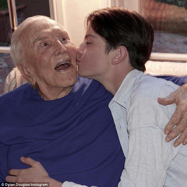 麥克道格拉斯與凱薩琳麗塔瓊斯之子狄倫,親吻祖父寇克臉頰,獻上生日祝福。圖/摘自i...