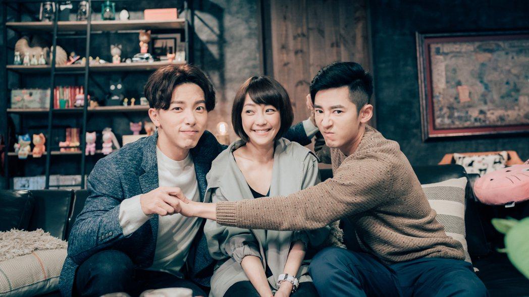 李國毅(右起)、謝欣穎、謝坤達工作現場笑聲不斷。圖/歐銻銻娛樂提供