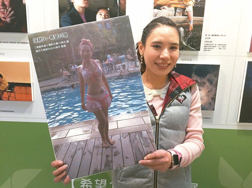 37歲的毛賢婷以「當玫瑰綻放」為主題,鼓勵大腸癌患者及早就醫。 記者陳雨鑫/攝影