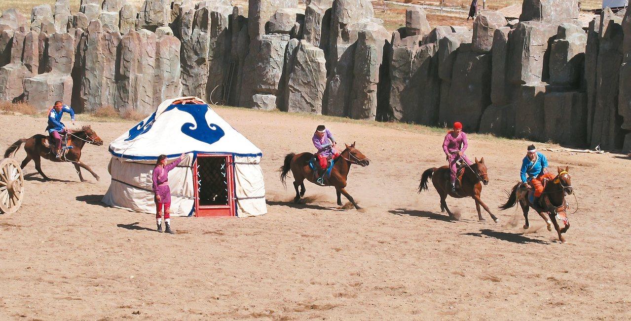 蒙古族是馬背上的民族,騎馬射箭樣樣來,展現高超的騎馬技術。 記者章淑曼/攝影