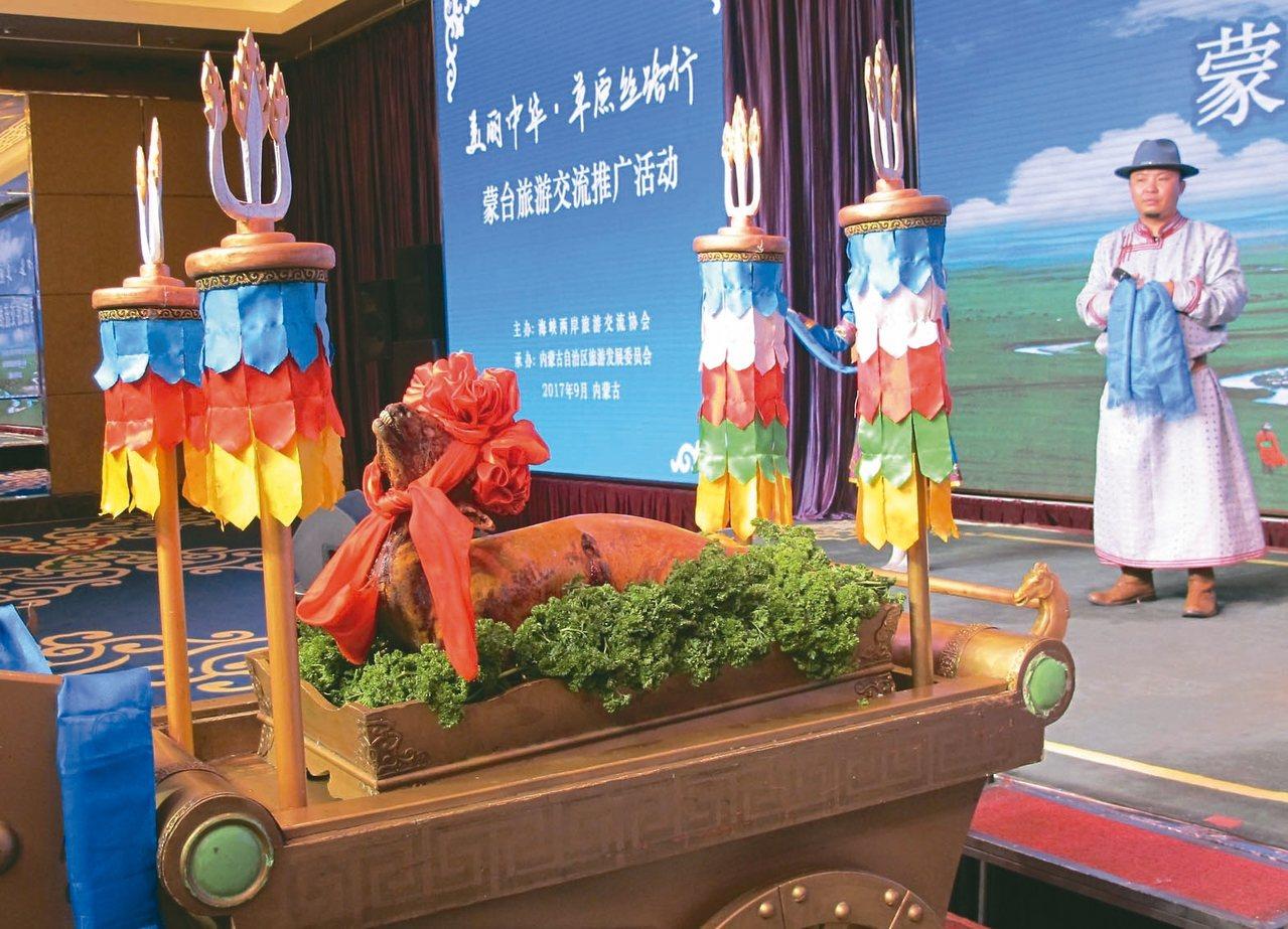 烤全羊皮脆肉嫩,肥而不膩,是蒙古族用來招待貴客的傳統名菜 。 記者章淑曼/攝影