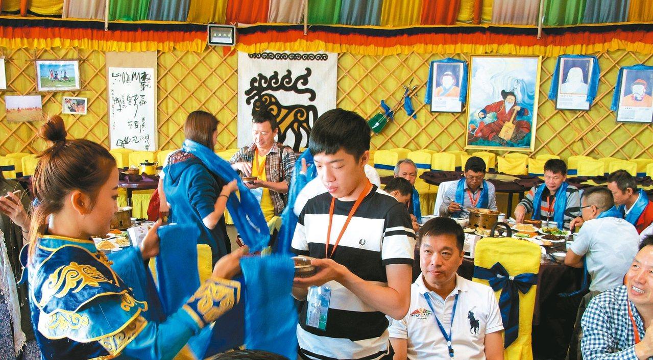 蒙古包內用餐,熱情的蒙古族會一一向賓客獻哈達。 記者章淑曼/攝影