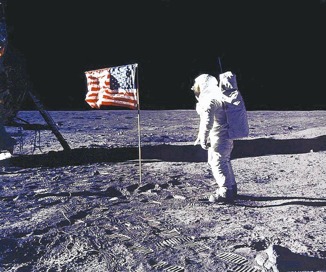 美國太空人艾德林一九六九年,在月球表面向美國國旗敬禮的檔案照。 (法新社)