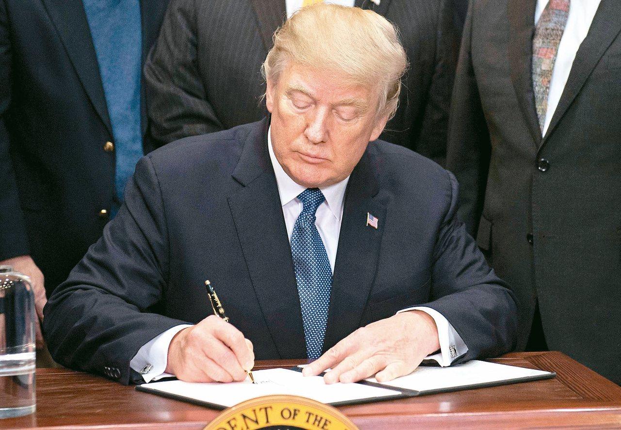 美國總統川普將簽署國防授權法。圖為他十一日在白宮簽署行政命令,要求相關單位讓美國...