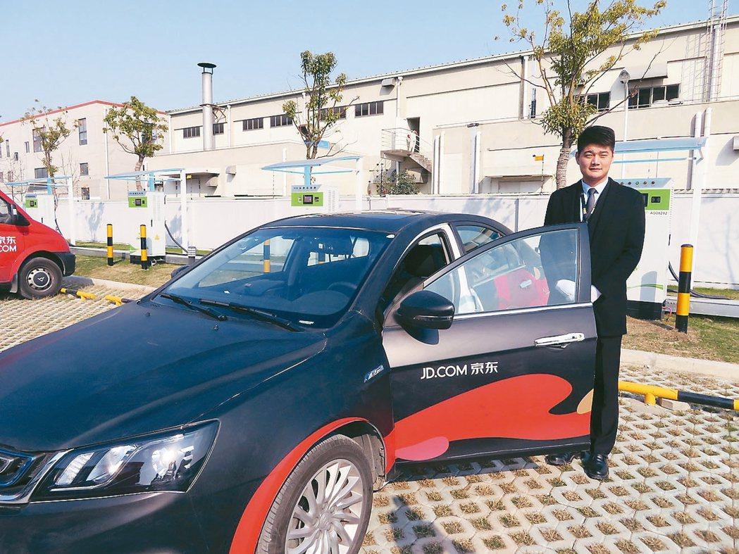 京東推出全新奢侈品服務平台「TOPLIFE」,除採新能源汽車負責配送,快遞員更是...