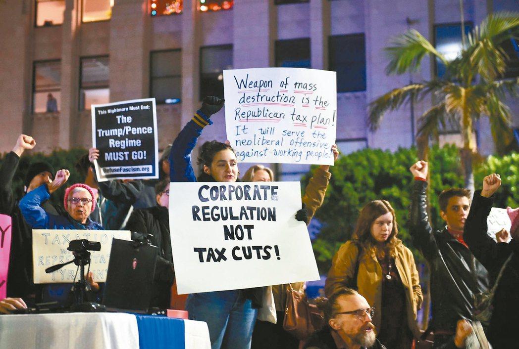 民眾聚集在華府抗議國會稅改案。 法新社