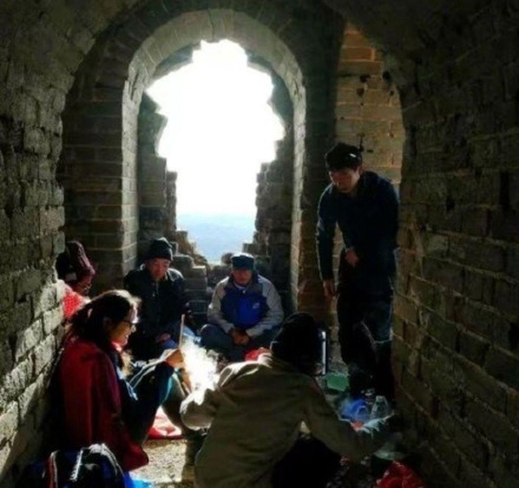 一組登山愛好者在北京長城「生火做飯」的照片,近日在網上引發議論,現場圖片顯示城牆...