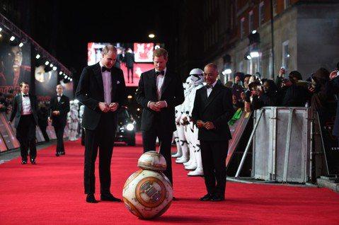 英國王子威廉(Prince William)和哈利(Prince Harry)今天出席電影「STAR WARS:最後的絕地武士」的歐洲首映,和巨星陣容一同參與這部科幻系列片最新章的發表會。法新社報導...