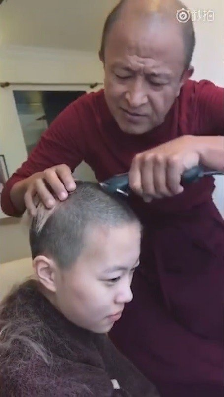 網路上瘋傳一段竇靖童剃度出家的影片。 圖/擷自秒拍