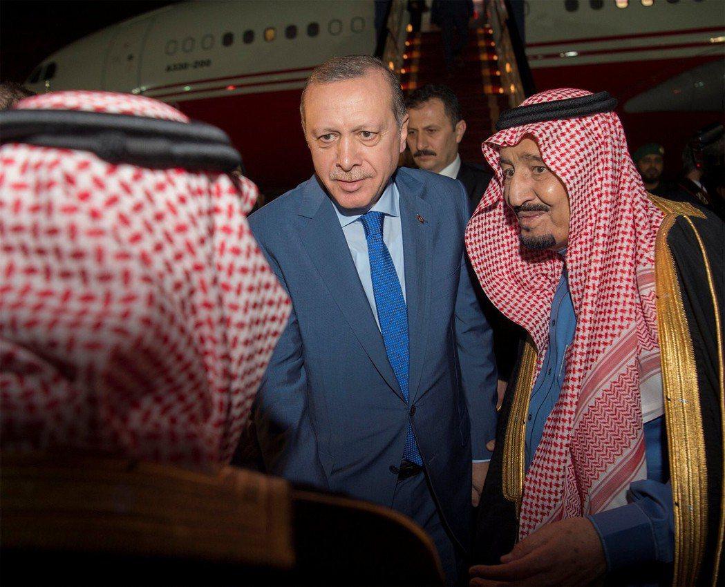 過去,土耳其也曾因為阿拉伯國家與以色列交惡。圖為2017年初厄多安出訪沙烏地,右...