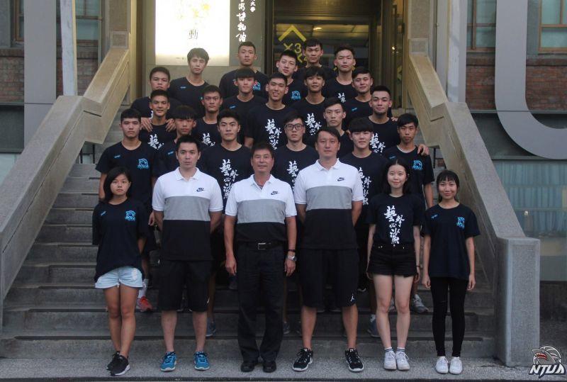 106學年度臺藝鯊魚軍全體成員。 圖籃球筆記提供