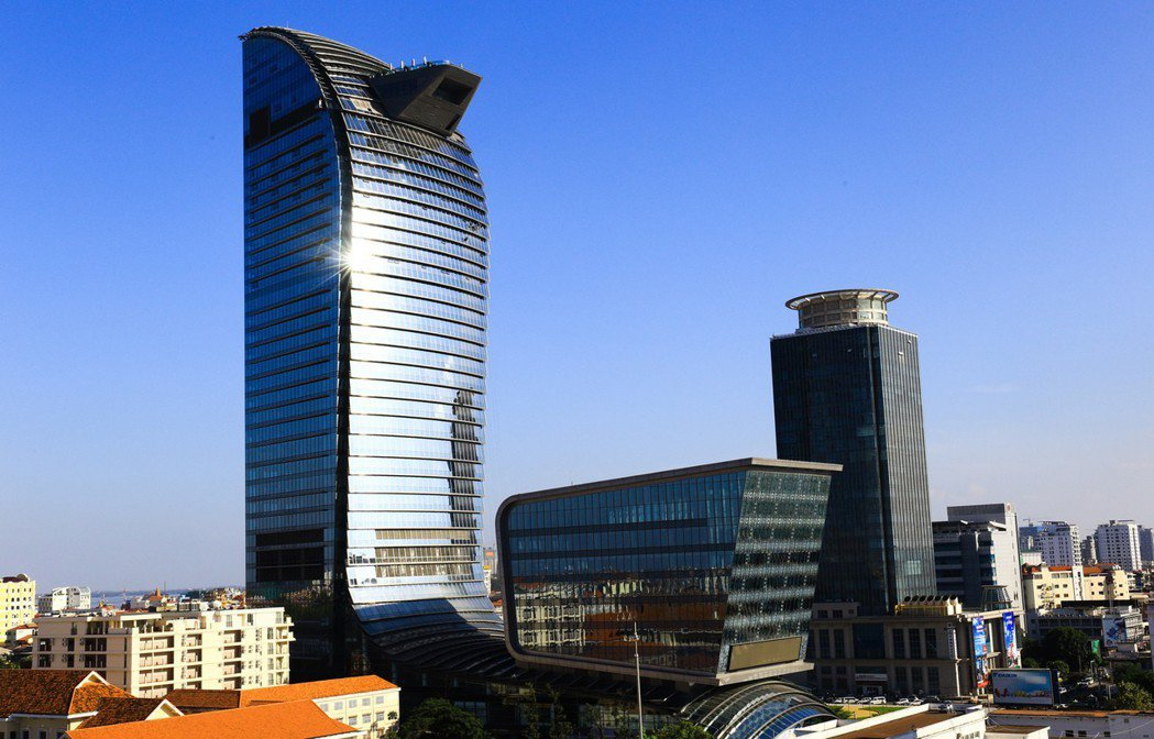 柬埔寨兩棟最具指標的商務大樓,左為安達銀行,右為加華銀行。 攝影/張世雅