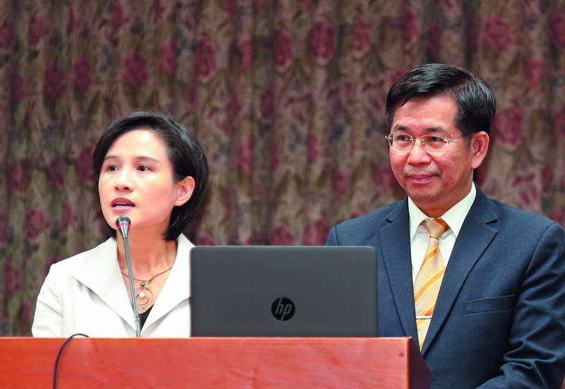 鄭麗君(左)和潘文忠(右),在國會被藍委要求說出蔣介石對台灣的正面貢獻。 攝影/...