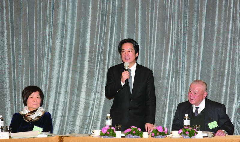 賴清德(中)不時會引述陳美伶(左)的看法,而大政委們變沉默了。 攝影/郭晉瑋