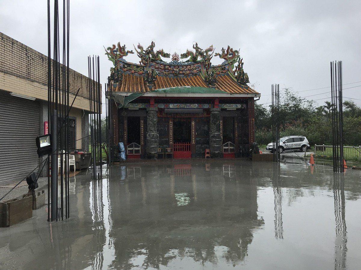 雙溪上林里的媽祖廟雨棚長期風吹雨淋,已經出現生鏽腐蝕,信徒的集資捐獻下,已在整修...