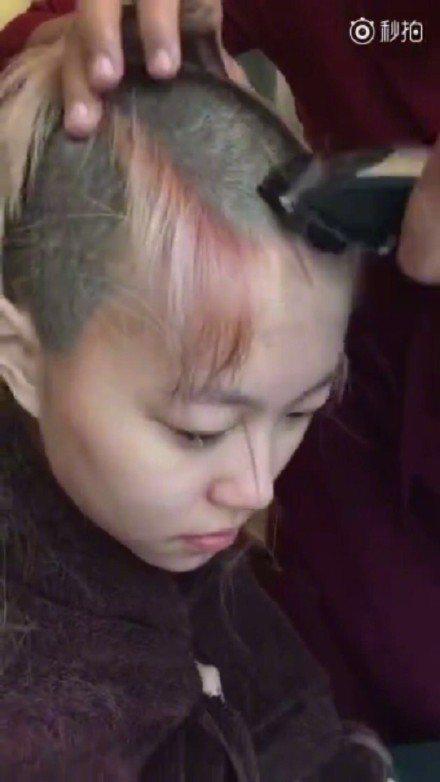 竇靖童剃髮短片在網路上瘋傳。圖/摘自微博