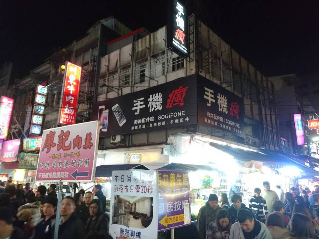 宜蘭「地王」還是羅東夜市三角窗的這家店,目前是「手機瘋」店,明年已經是13連霸,...
