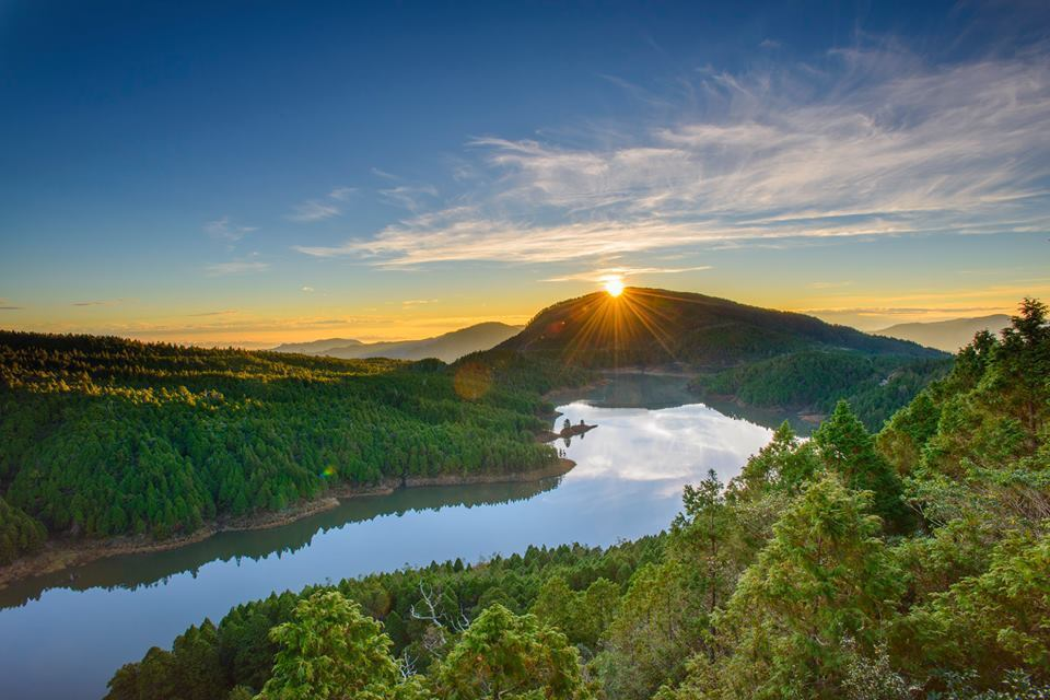 當太陽浮出望洋山,映在翠峰湖上,有如為藍寶石再添了一顆璀璨的鑽。圖/羅東林管處提...