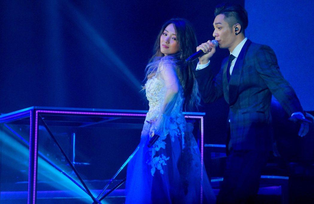 閻奕格香港開唱邀周柏豪(右)當嘉賓。圖/華研國際音樂提供