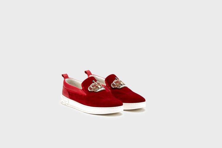 水晶皇冠裝飾休閒鞋,34,000元。圖/Versace提供