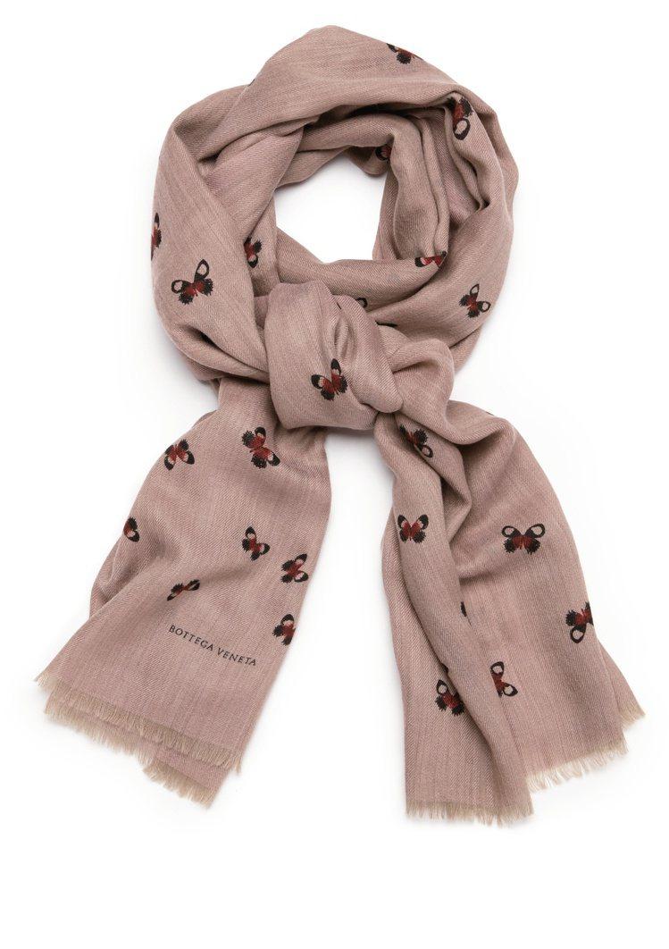 喀什米爾羊毛蝴蝶印花圍巾,22,900元。圖/Bottega Veneta提供