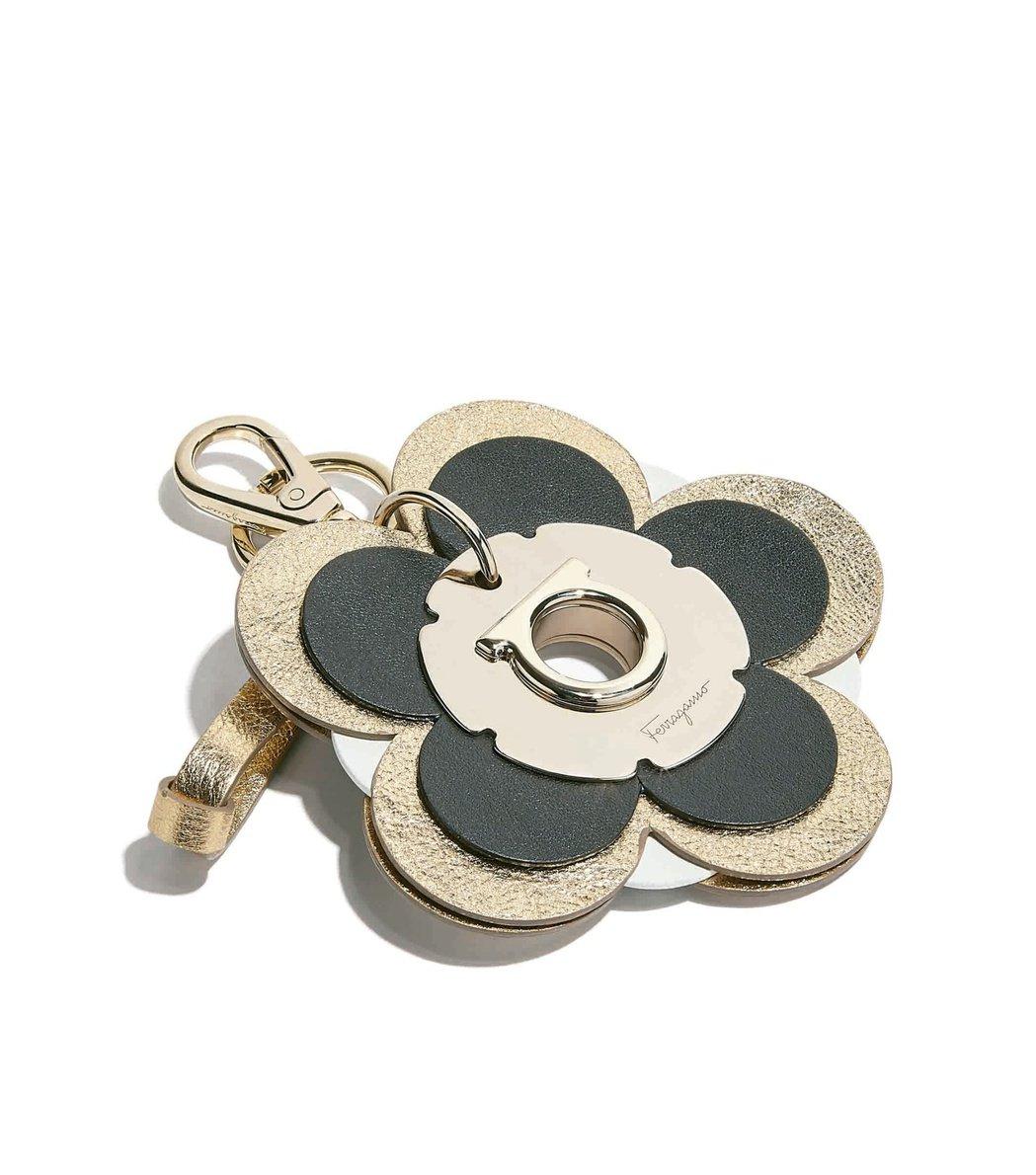 黑色小牛皮花型吊飾,13,500元。圖/Ferragamo提供