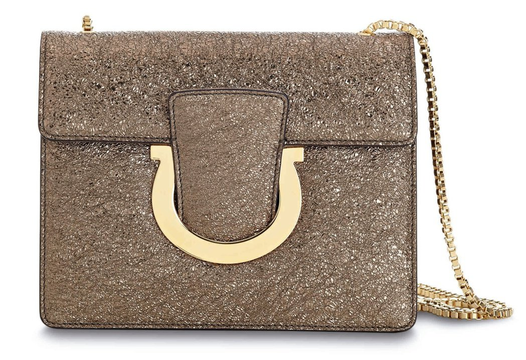 THALIA金色袋鼠皮鍊帶包,45,900元。圖/Ferragamo提供