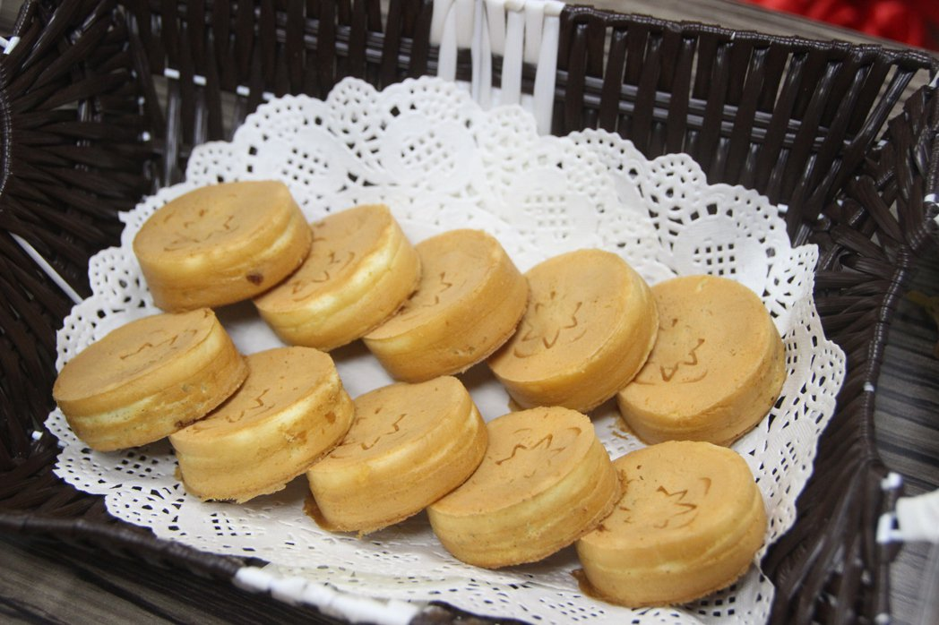 保養品牌「廣源良」捐贈燒菓子機給慈愛教養院生,院生製作熱騰騰的燒菓子。記者林敬家...