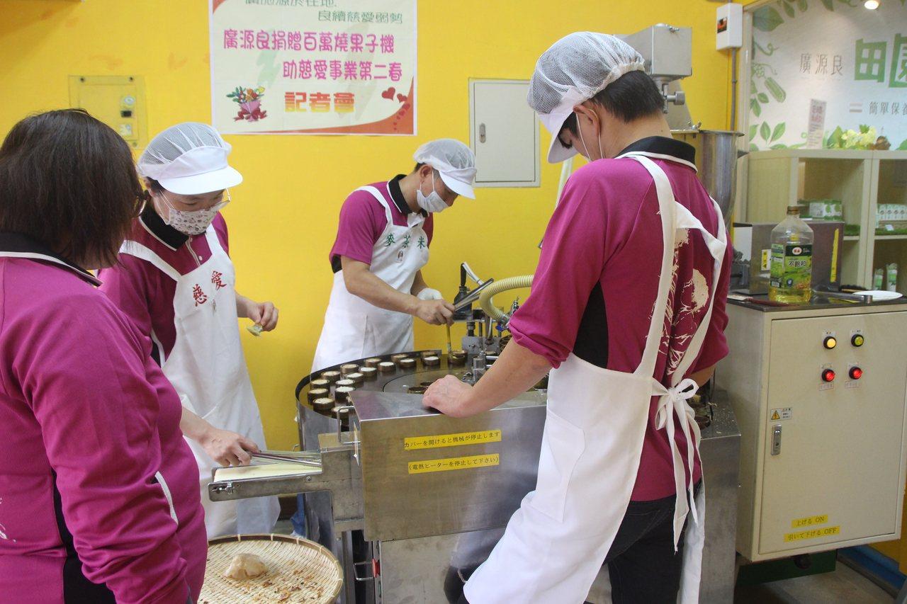 保養品牌「廣源良」捐贈燒菓子機給慈愛教養院生,增加產品銷售量。記者林敬家/攝影