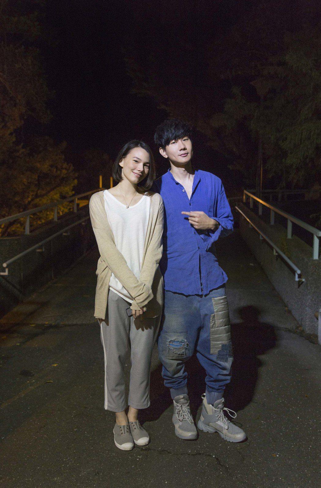 林俊傑(右)與紀培慧合作拍攝新歌MV。圖/華納音樂提供
