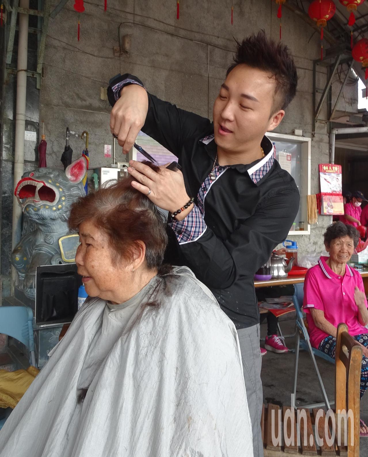 美髮設計師鄭棋鴻(右)為陪伴老父,毅然放棄台中市多彩多姿、收入高的工作,回到彰化...