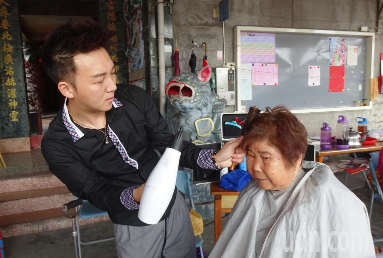 美髮設計師鄭棋鴻(左)為陪伴老父,毅然放棄台中市多彩多姿、收入高的工作,回到彰化...