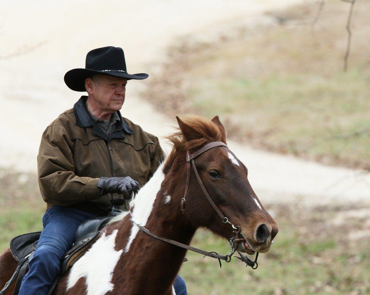 共和黨聯邦參議員候選人摩爾12日騎馬投票。歐新社