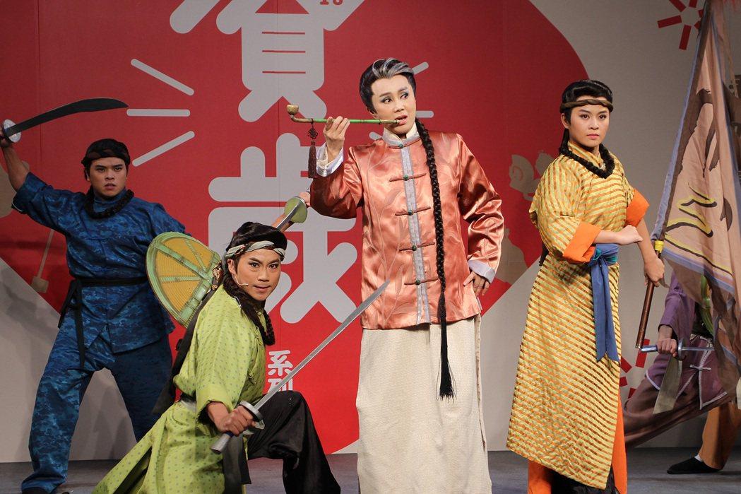 明華園戲劇總團演出正港台客武俠「俠貓 」。 圖中為孫翠鳳。圖/傳藝中心提供