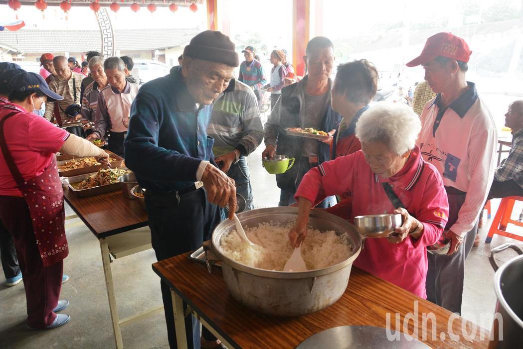 溪州尚水農產公司今天捐贈愛心白米到溪州最偏遠的大庄社區,讓在開天宮廟埕共餐的一百...