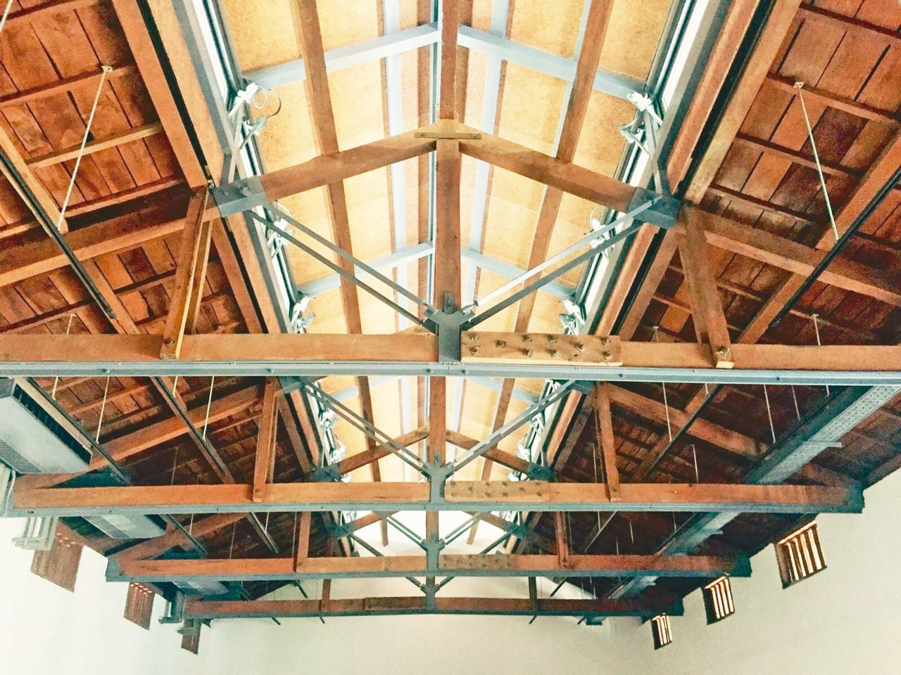 圖四:藝術館保存舊穀倉的桁樑加入新鋼鐵結構。 蔣勳圖片提供