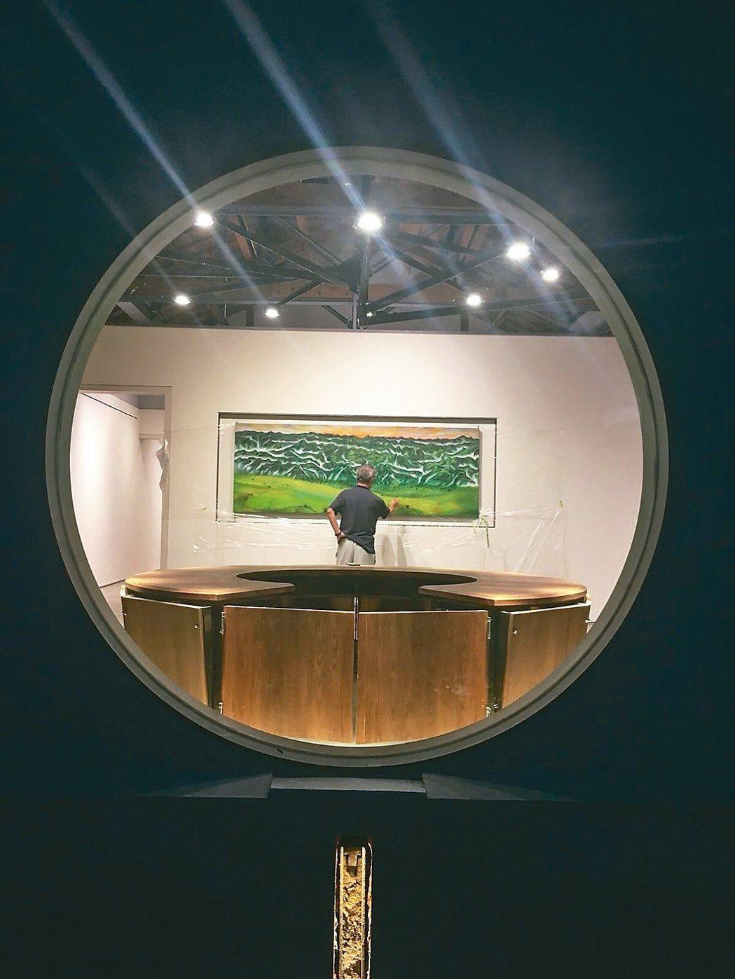 圖五:蔣勳捐贈池上穀倉藝術館作品〈山醒來了〉,可以透過圓窗從戶外看到。 蔣勳圖片...