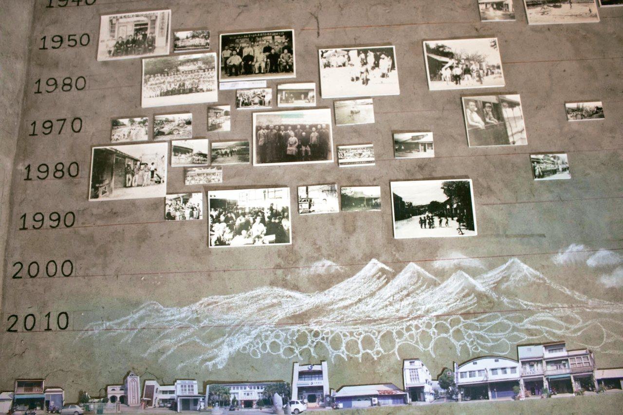 圖二:設計團隊尋找記憶,在穀倉牆面按年代貼上老照片。 蔣勳圖片提供