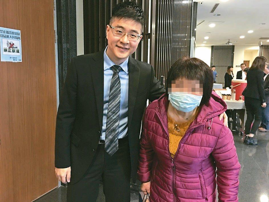 使用美沙冬替代療法的林姓婦人(右),因「跨區給藥」新制推動,終於能從台北下高雄看...