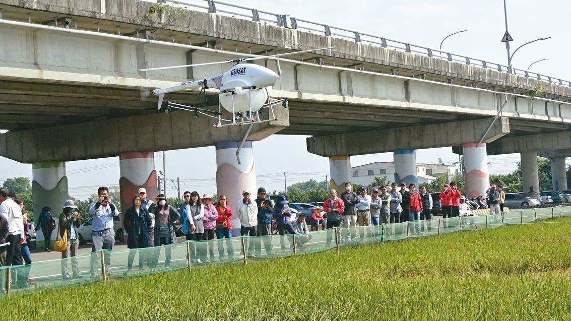 推動科技農業 ,台南市府與工研院昨在六甲舉辦無人機農噴示範暨技術交流活動,民眾近...