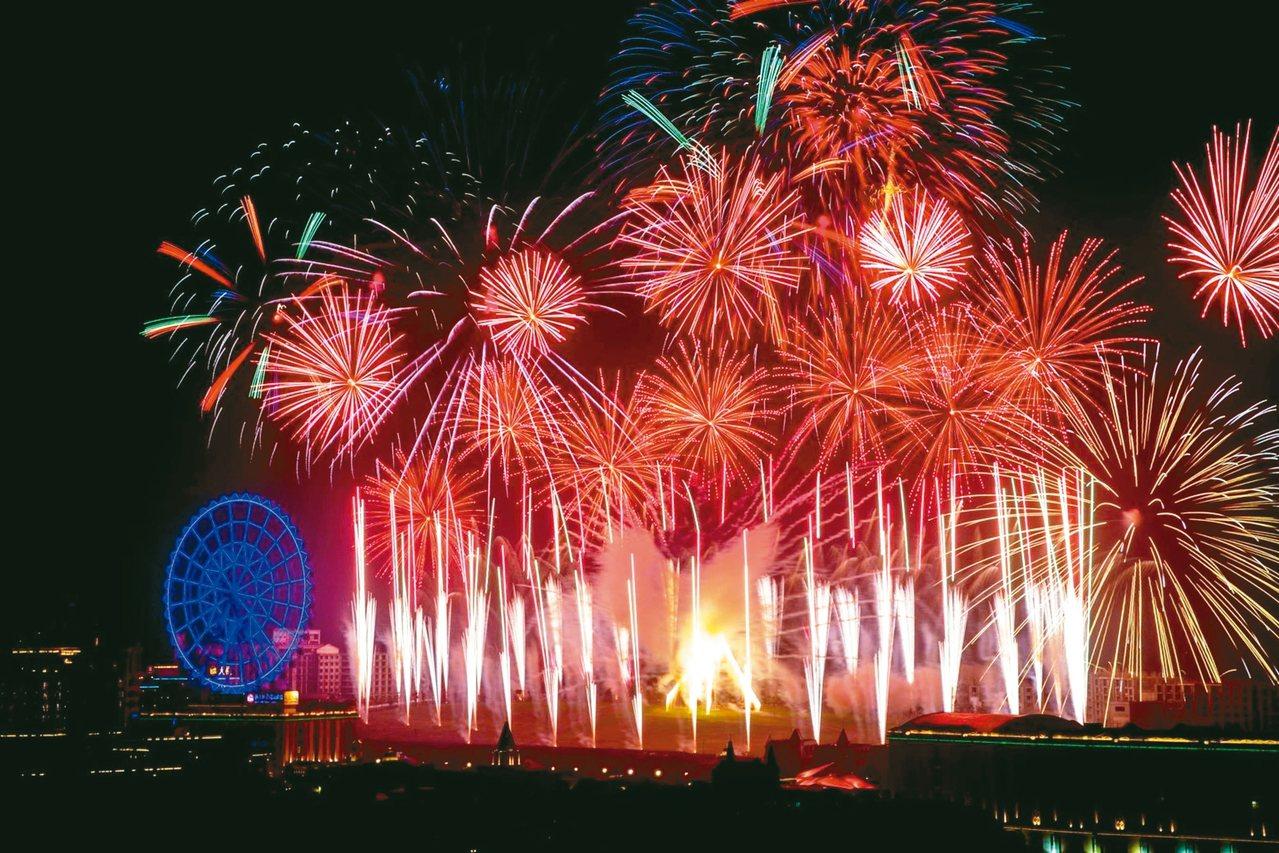 義大世界今年跨年推出全台首創的「雙煙火秀」,兩波段施放時間長達52分鐘。 圖/義...