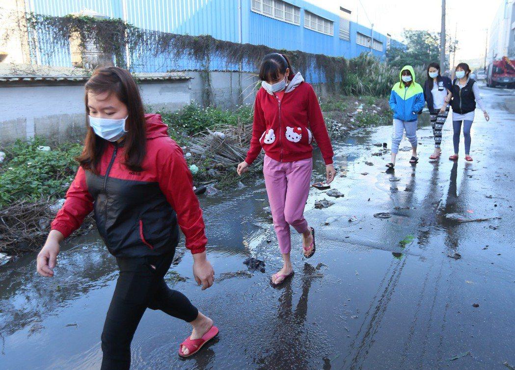 越南籍勞工的朋友到現場關切,場面哀戚。記者陳柏亨/攝影