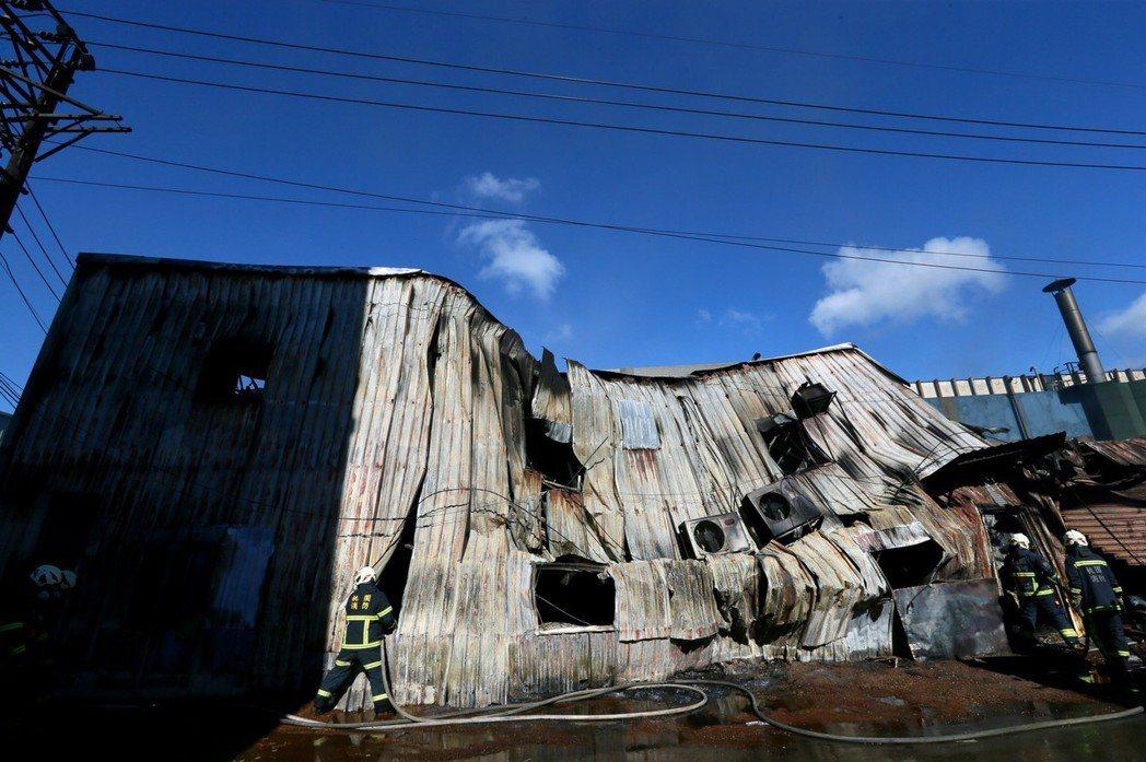 現場違建鐵皮屋燒到坍塌,警消在火場內發現白骨。記者陳柏亨/攝影