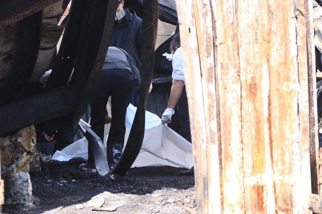 警消在宿舍內發現六具骨骸,確認失聯六員工罹難。記者曾健祐/攝影