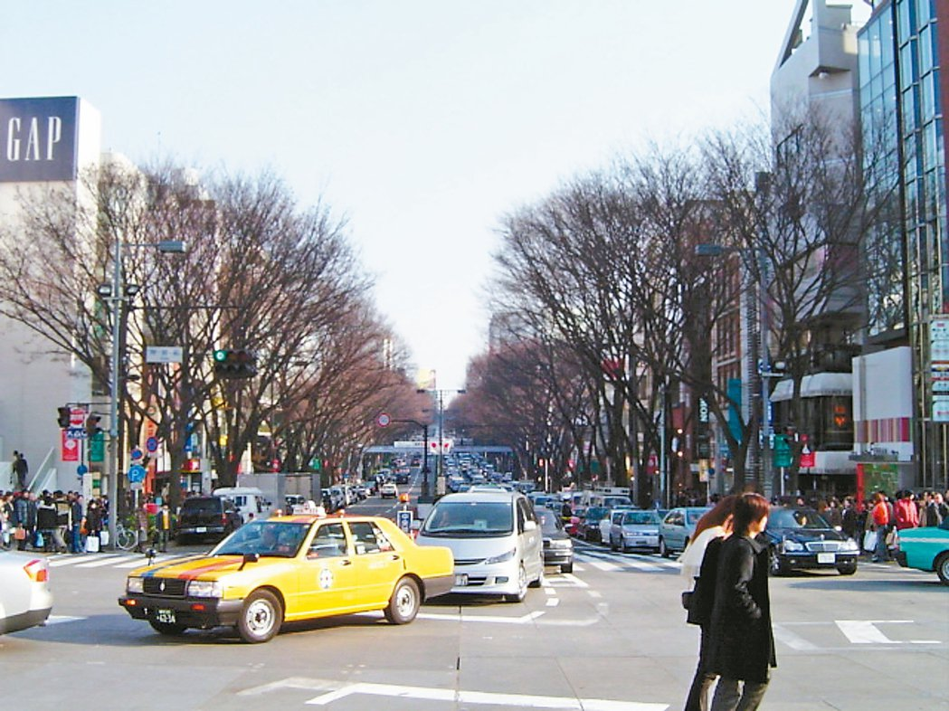 表參道十字路口之一往前向後左轉右轉都是時尚。 圖/陳岳夫