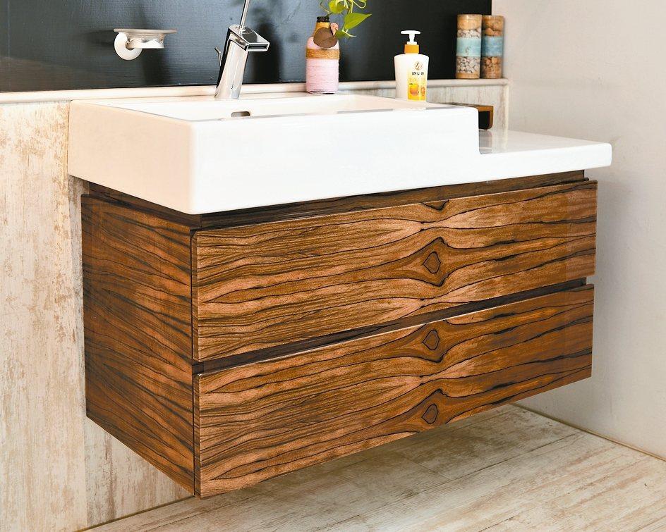 彩博創意材料公司創新研製環保「晶綻原木」,質感媲美鋼琴烤漆板材。 彩博創意/提供